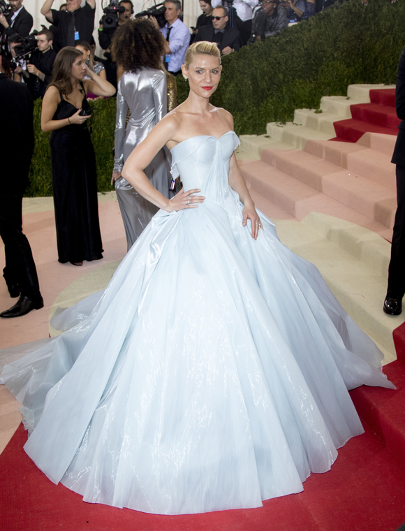 138f88c8a Lindsay Lohan Throws Wicked Shade At Zendaya's Met Gala Cinderella ...